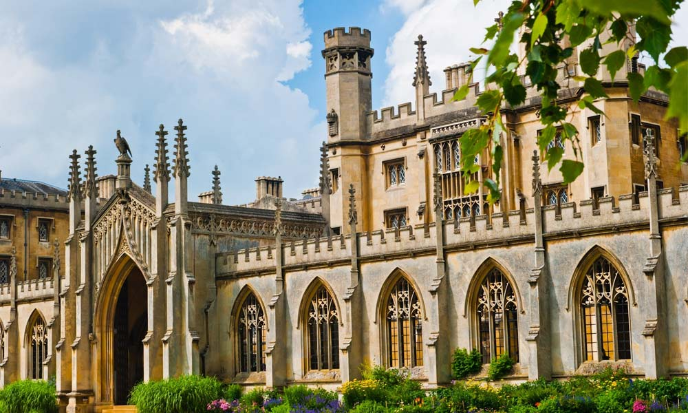 If you haven't made your holiday plans already, you should think about visiting Oxford University soon. It's one of the world's most famous higher education institutions